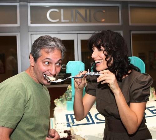 Лиза Эдельштайн кормит тортом создателя сериала Дэвида Шора