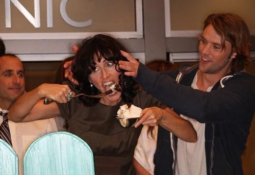 Коллега по сериалу, актер Джесси Спенсер, на всякий случай придерживает Лизе щеки
