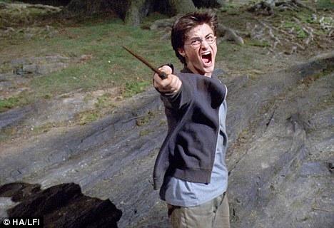 Сейчас у Гарри Поттера есть любимая девушка, 18-летняя Филиппа Хол, и они собираются купить свой первый дом. Хотя и с Филиппой бедняге пришлось пройти полную процедуру представления.