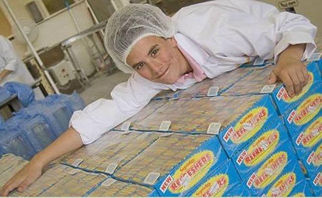 Тестер конфет<br>Школьник Harry Willshe выиграл конкурс конфетной фабрики и стал главным тестером по конфетам, он пробует конфеты с секретными рецептами и рассказывает что понравилось, а что нет.. Видимо к выпускному станет жирдяем.