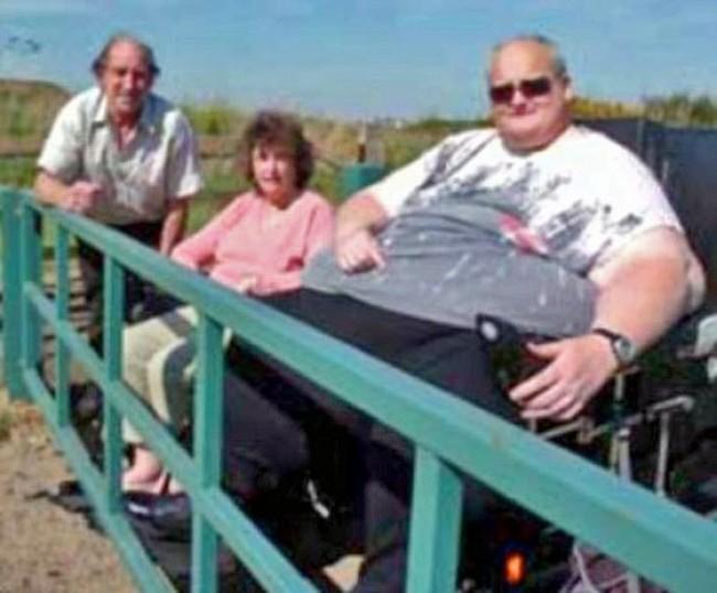 В 2007-м Пол весил ещё 285 кг и частенько совершал прогулки на инвалидном кресле. С тех пор его вес увеличился до 445 кг