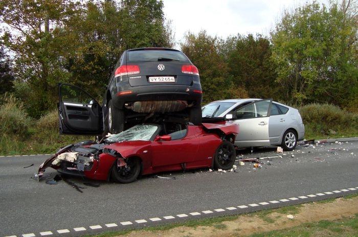 Авария с участием VW Touareg, Tesla Roadster и Toyota Prius (3 фото)