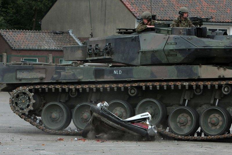 Эксперимент: танк против легковушки (7 фото)