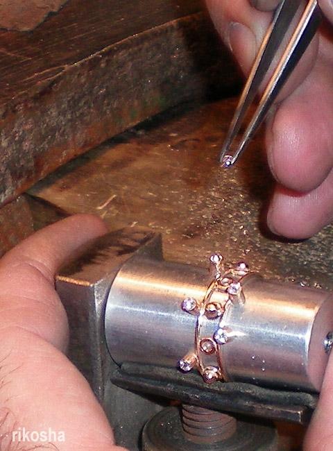 Так вставляют бриллианты.