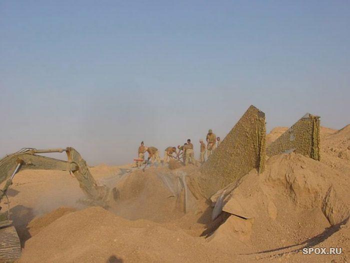 В песках пустыни спрятали боевой самолет (13 фото)