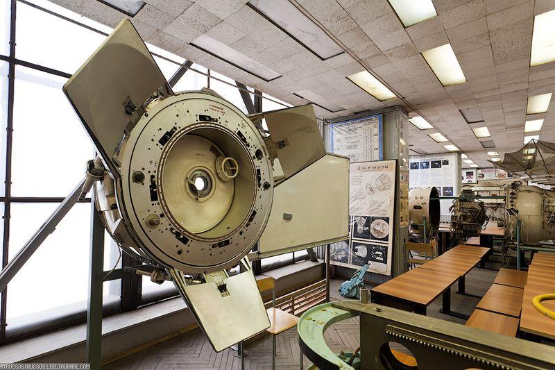 1. Андрогинно-периферийный агрегат стыковки. Космический стыковочный механизм, используемый на Международной Космической Станции. Он используется для стыковки челноков Шаттл и для соединения функционально-грузового блока («Заря») к герметичному стыковочному переходнику (PMA-1). Аналогичная АПАС система используется Китайским космическим аппаратом Шэньчжоу, что позволяет ему стыковаться с МКС. АПАС был создан Владимиром Сыромятниковым в московском КБ «Энергия» и начинался в рамках проекта «Союз-Аполлон». Идея создания появилась в противовес неудобным системам типа «штепселя и розетки», так стыковочное кольцо любого АПАС может стыковаться со стыковочным кольцом любого другого АПАС, так как обе стороны андрогинны. Хотя в каждом таком стыковочном агрегате есть активная и пассивная сторона, они обе полностью взаимозаменимы. На фотографии, если я не ошибаюсь, представлен АПАС-75, который использовался в программе «Союз-Апполон».