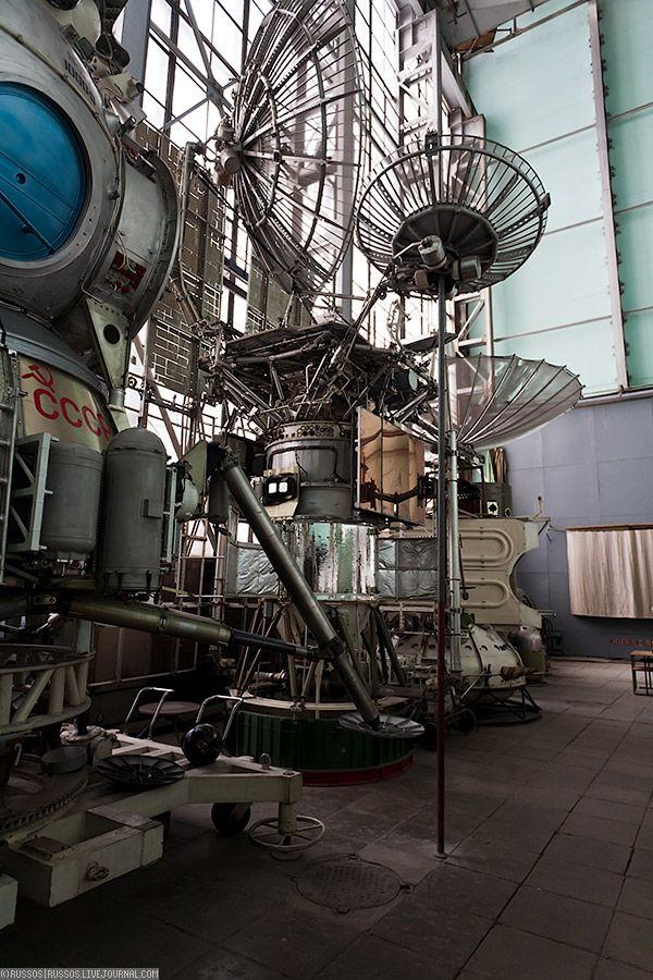 7. Это главный зал. Слева виднеется советский лунник, потом два спутника. Не знаю каких.