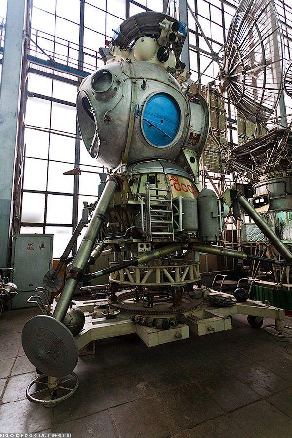 8. Лунный корабль (ЛК). Про советскую лунную программу написано уже так много материала, что я не вижу смысла что либо цитировать об этом. Если хотите, то вот ссылки на википедию и на буран.ру. И вот ещё две: раз, два.