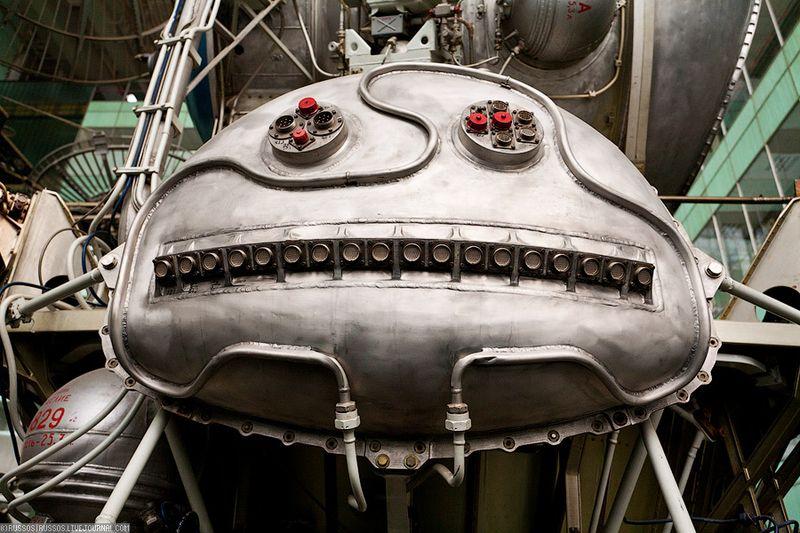 12. Слушайте, но индустриальная красота же! А это морда робота на самом деле — навесной приборный отсек.
