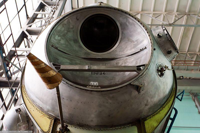 13. В этот иллюминатор «яйценавт» наблюдал за спуском на луну.