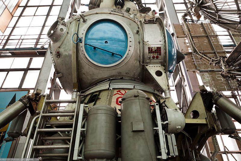21. Вот из этого люка космонавт должен был вылезти на луну. Правда тут уже есть штатная лестница. Так что может про веревочную это байки.