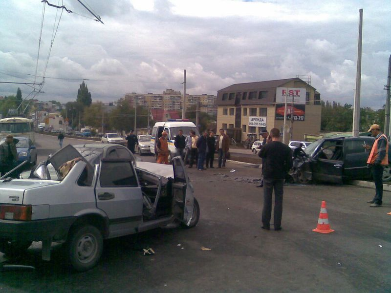 Жестокая авария на проспекте победы в Симферополе (9 фото): http://fishki.net/auto/59427-zhestokaja-avarija-na-prospekte-pobedy-v-simferopole-9-foto.html