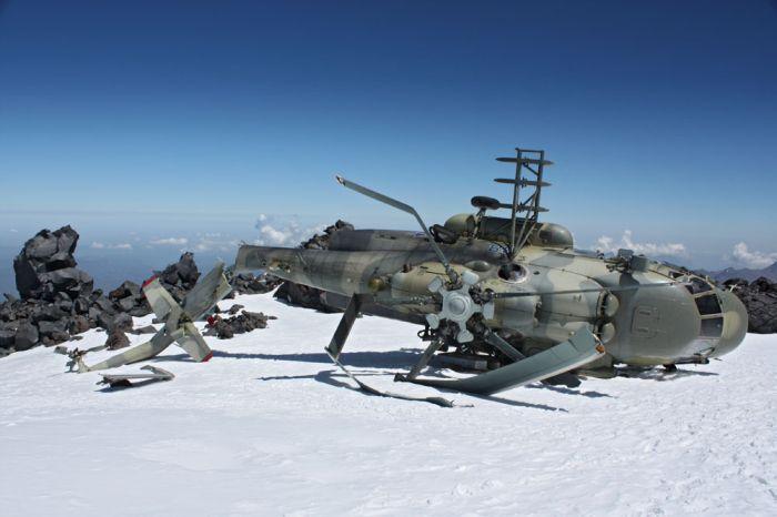 На склонах Эльбруса больше  2-х месяцев лежит упавший Ми-8 (11 фото)