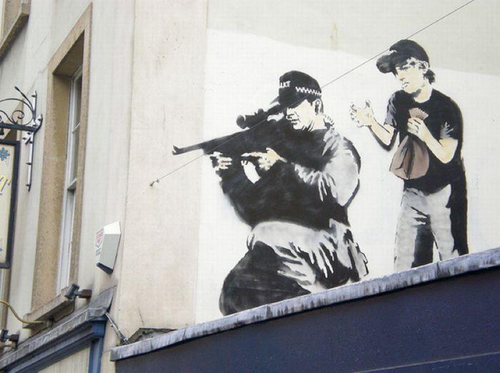 По некоторым источникам Бэнкси родом из Бристоля. Ему 36 лет. Граффити Бэнкси увлекся примерно в конце 90-х годов. Длительное время он просто рисовал, но постепенно его работы становились все более масштабными. Благодаря этому Бэнкси быстро стал популярен в Бристоле и Лондоне. Со временем ему стало сложнее скрываться от полиции. И тогда он додумался рисовать с помощью трафаретов, чтобы ускорить процесс творчества, чтобы прорисовка каждого фрагмента не занимала слишком много времени. И это не раз спасало его от столкновения с полицией.