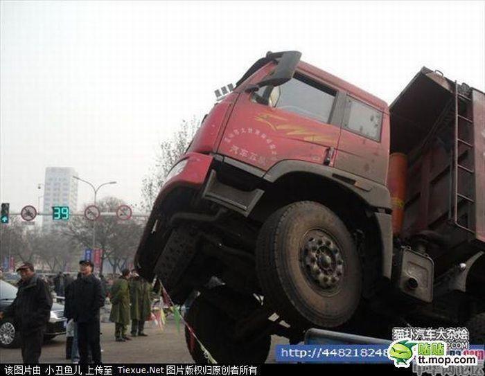 Необычное ДТП в Китае (7 фото)