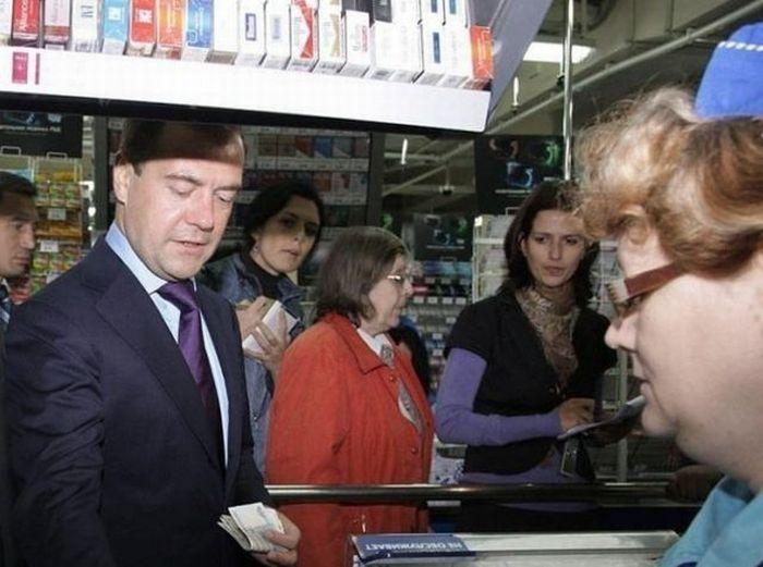 Медведев покупает хлеб по несуществующим ценам (2 фото)