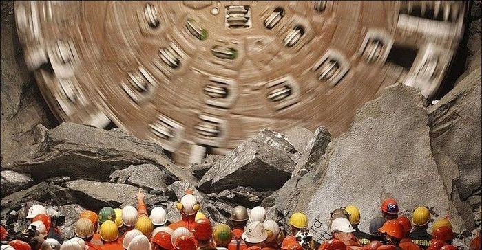 В Швейцарии построили длиннейший в мире туннель (17 фото)