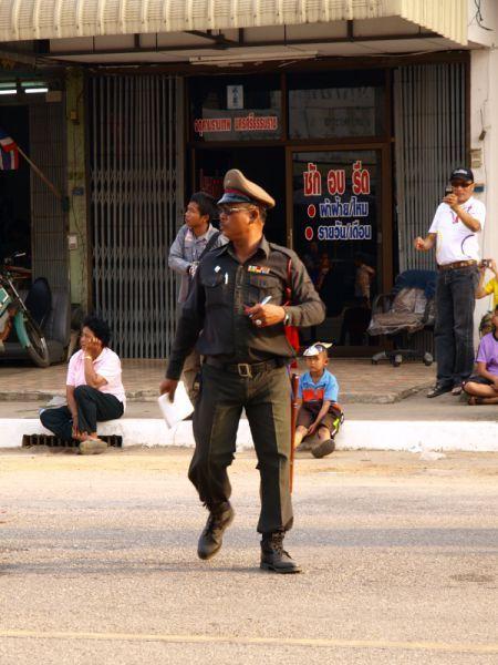 Полицейский без комплексов (3 фото)