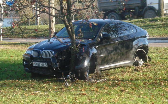 Мойщик-автоугонщик разбил BMW X6 клиента (7 фото)