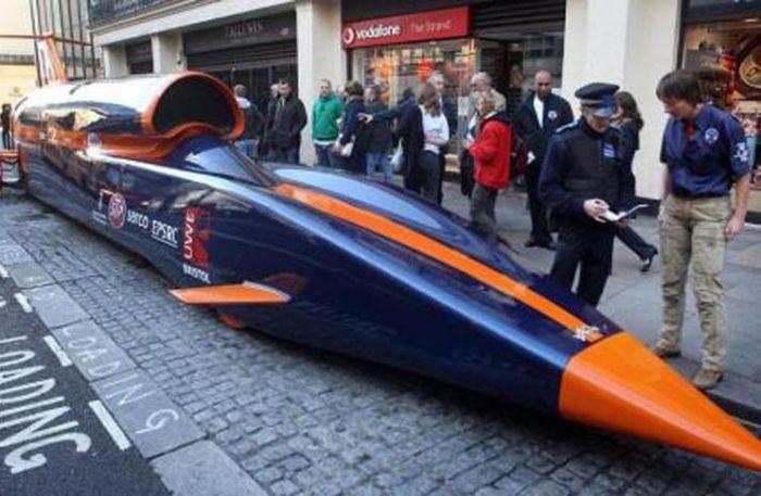 Авто, обгоняющий самолеты, был оштрафован полицией Лондона (3 фото)
