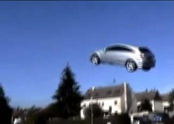 Opel Astra передвигается в воздухе