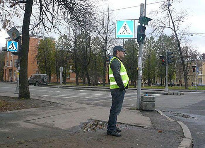 Доброволец дежурил под новым «кирпичом», оберегая водителей от ГИБДД (2 фото)