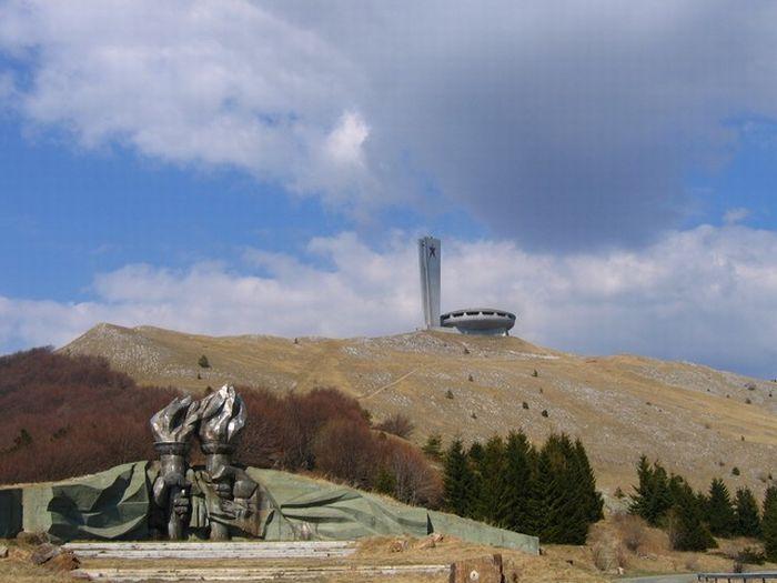 Никому не нужный монумент в Болгарии (7 фото)