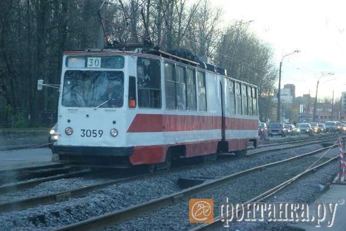 Пассажиры этого трамвая рискуют жизнью (5 фото)