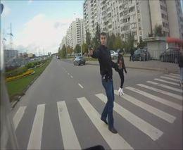 Неадекват с пистолетом на пешеходном переходе