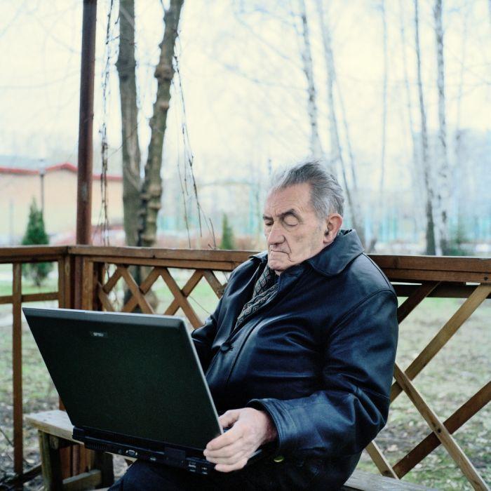 Пожилые люди и их рабочие столы (20 фото)