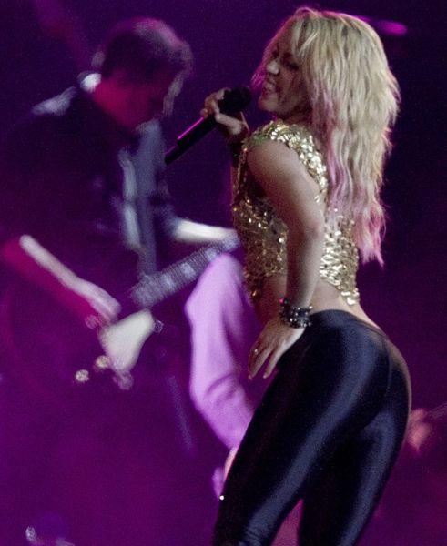 Шакира в привлекательных штанишках (7 Фото)