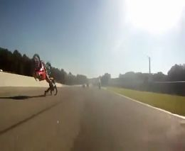 Кувырок через руль на мотогонках
