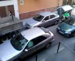 Блондинка паркуется перед гаражом
