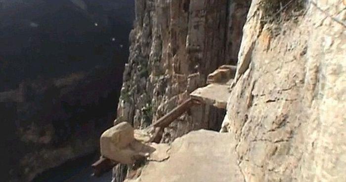 Самая опасная туристическая тропа в мире (7 фото)