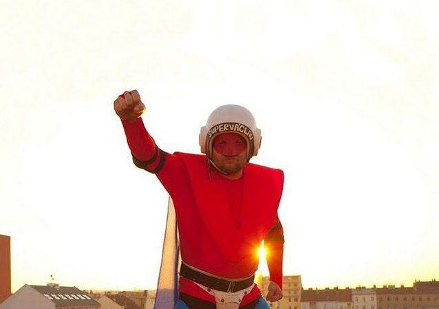 СуперВацлав – реальный супергерой на улицах Праги  (8 фото + 1 видео)