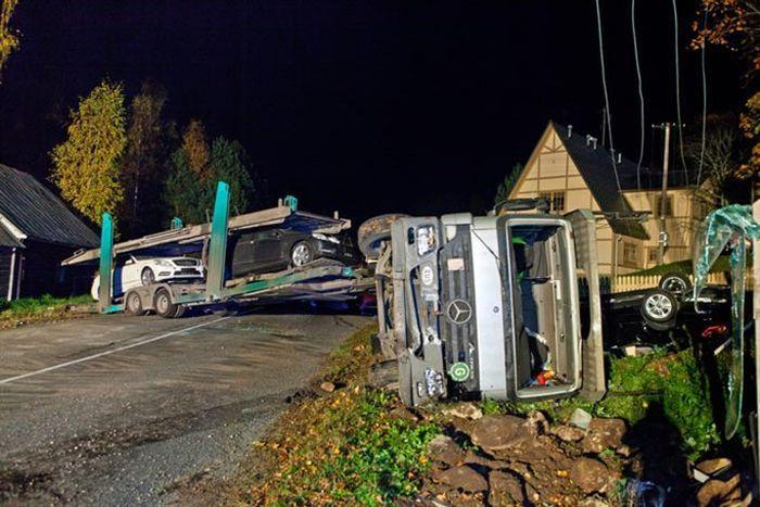 Автовоз с новыми мерседесами перевернулся в Эстонии (12 фото)