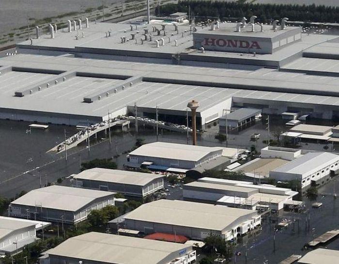 Завод Honda в Тайланде затопило (6 фото)