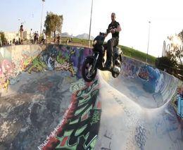 По скейт-парку на мопеде