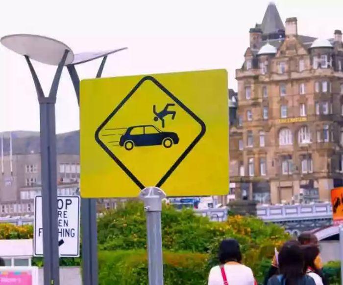 Забавные иностранные дорожные знаки (33 фото)