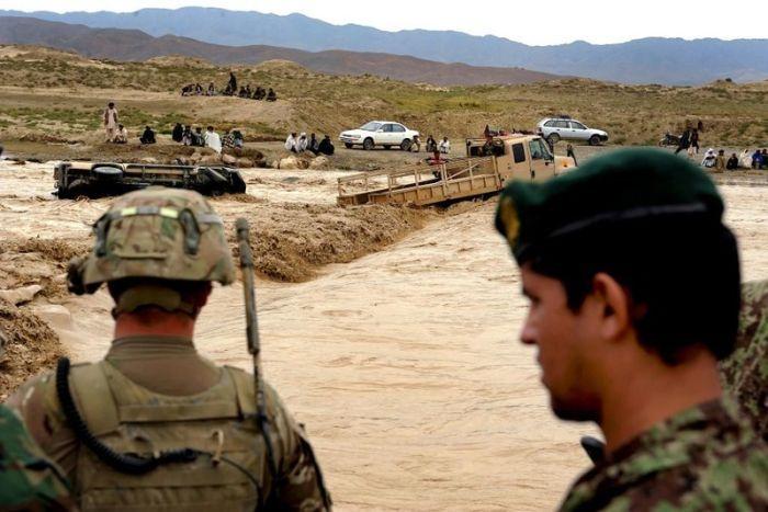 Военные застряли, переходя реку в Афганистане (8 фото): http://fishki.net/38764-voennye-zastrjali-perehodja-reku-v-afganistane-8-foto.html