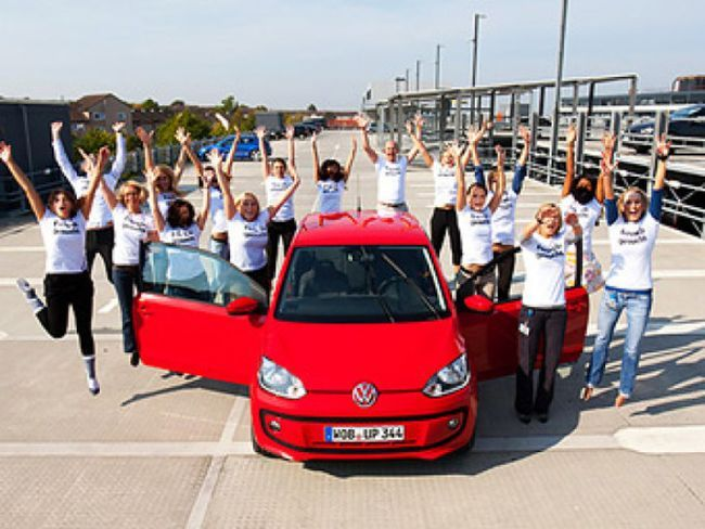Volkswagen up! вместил в себя 16 человек (26 фото)