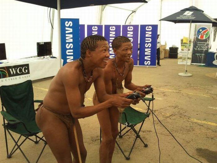 Реклама сумок с голыми мужчинами