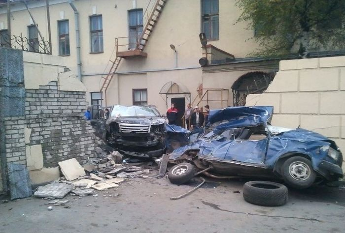Range Rover уничтожил стену и Жигули (7 фото)