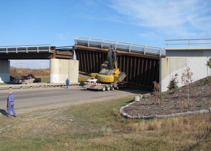 Экскаватор снес железнодорожный мост (5 фото)