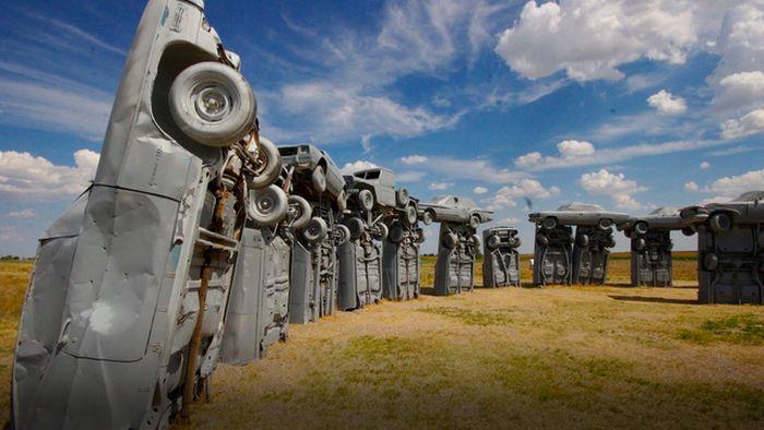 Монумент из старых американских машин выставлен на продажу (10 фото)