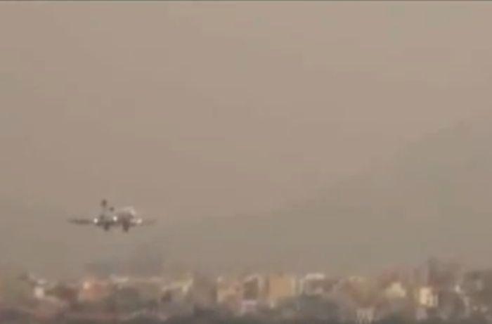 Аварийная посадка пассажирского самолета (видео)