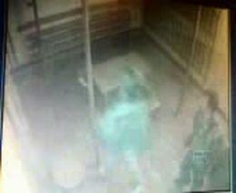 Сотрудник женской колонии избивает заключенных