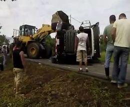 Неудачно перевернули грузовик