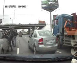 Байкеры долбят машину и ее водителя