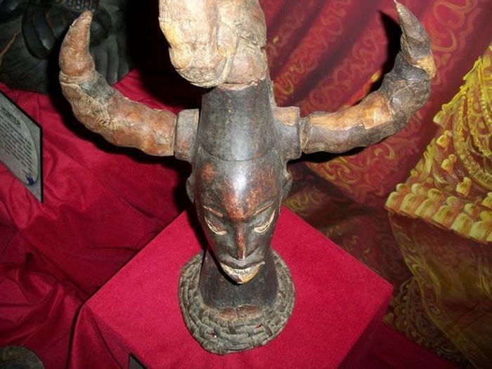 Африканская маска смерти (2 фото)